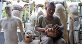 Sarwo Edi alias Kocom (52) membuat salah satu boneka atau patung prostetik di kawasan Bekasi, Jawa Barat, Senin (24/9). Kocom telah menggeluti profesinya sebagai patung prostetik sejak tahun 2000-an secara otodidak. (Merdeka.com/ Iqbal S. Nugroho)