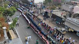 Ratusan pelajar India saat mengikuti kampanye kebersihan atau 'Swachh Bharat Abhiyan' di Hyderabad (12/2). Kampanye tersebut secara resmi diluncurkan pada 2 Oktober 2014 di Rajghat, New Delhi oleh Perdana Menteri Narendra Modi. (AFP Photo/Noah Seelam)