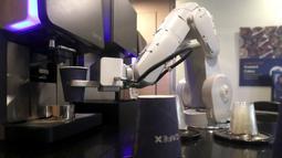 Robot barista membuat kopi di Cafe X, San Francisco, California, AS, Selasa (12/2). Cafe X merupakan salah satu dari beberapa perusahaan layanan makanan yang menggunakan robot. (Justin Sullivan/Getty Images/AFP)