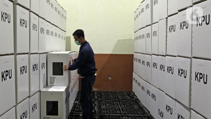 Petugas memeriksa kotak suara yang telah dirakit di Gudang Logistik KPU, Depok, Jawa Barat, Jumat (13/11/2020). KPU Kota Depok telah merakit 4.015 kotak suara serta menyediakan 16.060 bilik suara yang akan digunakan untuk Pilkada Kota Depok pada 9 Desember 2020. (<a href=