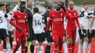 Dua pemain Liverpool, gelandang Naby Keita (depan) dan striker Sadio Mane tampak kecewa usai dikalahkan 0-1 oleh Fulham dalam laga lanjutan Liga Inggris 2020/21 di Anfield Stadium, Minggu (7/3/2021). (AFP/Clive Brunskill/Pool)