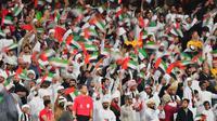 Suporter Timnas Uni Emirat Arab saat laga di Piala Asia 2019.  (AFP/Giuseppe Cacace)