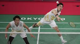Ganda putra Jepang Takeshi Kamura / Keigo Sonoda melawan Mohammad Ahsan / Hendra Setiawan dari Indonesia pada perempat final bulu tangkis Olimpiade Tokyo 2020 di Musashino Forest Sports Plaza, Kamis (29/7/2021). Ahsan / Hendra merebut tiket empat besar 21-14, 16-21, 21-9. (AP/Dita Alangkara)