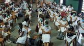 Para siswa belajar dengan mengenakan masker di sebuah sekolah di Kolombo, Sri Lanka, Senin (6/7/2020). Mulai 6 Juli 2020, siswa kelas 5, 11, dan 13 di Sri Lanka kembali melanjutkan kegiatan belajar. (Xinhua/Ajith Perera)