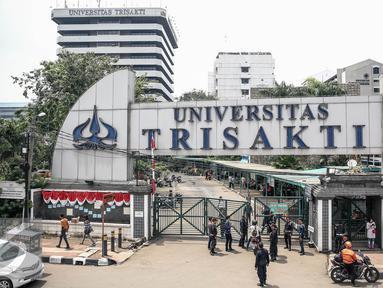 Petugas keamanan kampus berjaga di gerbang pintu masuk Universitas Trisakti, Grogol, Jakarta, Rabu (24/8). Penjagaan dilakukan akibat konflik persengketaan lahan antara pihak yayasan dan otorita Trisakti. (Liputan6.com/Faizal Fanani)