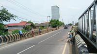 Para penyapu koin di Jembatan Sewo Indramayu. Foto (Istimewa)