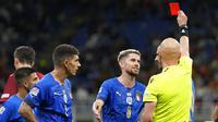 Para pemain Italia memprotes keputusan wasit yang memberikan kartu merah kepada Leonardo Bonucci saat menghadapi Spanyol pada semifinal UEFA Nations League, Kamis (7/10/2021) dini hari WIB di Stadion San Siro, Milan, Italia. (AP Photo/Antonio Calanni)