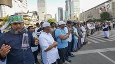 Sejumlah massa yang tergabung dalam Gerakan Pribumi Bersatu melakukan doa bersama di depan kantor Bawaslu, Jakarta, Jumat (24/5/2019). Mereka datang untuk mendoakan para demonstran yang meninggal saat aksi 21-22 Mei, pasca hasil penghitungan suara Pemilu 2019. (Liputan6.com/Herman Zakharia)
