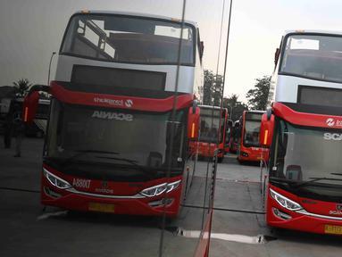 Bus transjakarta yang akan digunakan untuk pawai kemenangan tim Persija Jakarta di kantor PT Transjakarta, Cawang, Kamis (13/12). Bus tersebut akan digunakan untuk pawai kemenangan berkeliling Jakarta Sabtu (15/12).( www.sulawesita.com/Immanuel Antonius)