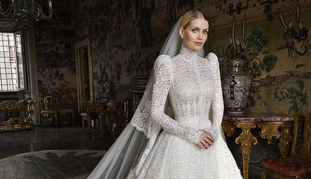 Kabar bahagia datang dari keponakan Putri DIana, Lady Kitty Spencer yang menikah dengan Michael Lewis di Roma. (Foto: Instagram/ Dolce & Gabbana)