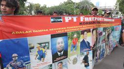 Massa membentangkan spanduk dalam unjuk rasa di depan Kedubes AS, Jakarta, Kamis (27/12). Mereka menuntut Dubes AS Joseph R. Donovan Jr bertanggungjawab atas dugaan pelanggaran HAM yang dilakukan oleh PT Freeport Indonesia. (Liputan6.com/Angga Yuniar)
