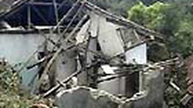 Longsor mengakibatkan puluhan rumah warga di Desa Gununglarang, Kecamatan Bantarujeg, Majalengka, Jabar, rusak. Empat di antaranya ambruk rata dengan tanah.