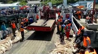 Upaya penaikan Jaring Trawl alami kesulitan.Petugas menurunkan alat berat Crane, untuk membantu proses penarikan jaring trawl dari dasar Danau Toba, Sumatera Utara.
