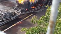 Kecelakaan terjadi di Tol Sidoarjo KM 33, Kamis (8/9/2016) sekitar pukul 08.30 WIB. Kecelakaan itu mengakibatkan truk tangki BBM milik Pertamina meledak dan turut membakar satu mobil Toyota Avanza di Tol Sidoarjo arah Porong tersebut. Pengemudi Avanza m