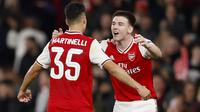 Striker Arsenal, Gabriel Martinelli (kiri) berselebrasi dengan rekannya Kieran Tierney usai mencetak gol ke gawang Vitoria de Guimaraes pada pertandingan lanjutan Grup F Liga Europa di Stadion Emirates, London (24/10/2019). Arsenal menang tipis atas Vitoria dengan skor 3-2. (AP Photo/Alastair Grant)