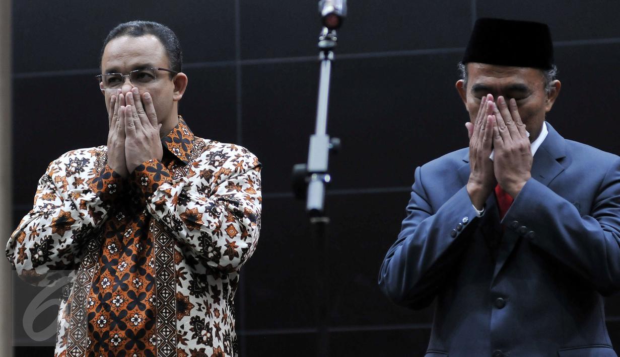Mendikbud yang baru Muhadjir Effendy (kanan) bersama mantan Mendikbud Anies Baswedan saat serah terima jabatan di Jakarta, (27/7). Muhadjir Effendy resmi menggantiikan Anies Baswedan sebagai Menteri Pendidikan dan Kebudayaan. (Liputan6.com/JohanTallo)