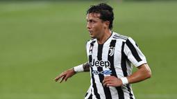 Luca Pellegrini merupakan bek kiri Juventus yang didatangkan dari AS Roma pada 2019 dengan nilai transfer sebesar 22 juta euro. Sejauh ini, Pellegrini belum banyak mendapatkan kesempatan bermain reguler sehingga lebih banyak dipinjamkan ke klub lain seperti Cagliari dan Genoa. (AFP/Pau Barrena)