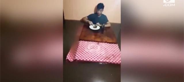 Remaja bernama Geremy Almoite sangat menikmati sarapannya, sampai-sampai ia tak peduli jika air merendam rumahnya. Alhasil, remaja tersebut sarapan apung di tengah banjir.