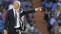 2. Zinedine Zidane – Mantan pemain Juventus ini merupakan seorang maestro sepakbola. Sejumlah gelar telah diraihnya. Saat berstatus pelatih, Ia juga telah membawa Los Blancos menjuarai Liga Champions selama tiga musim beruntun. (AP/Paul White)