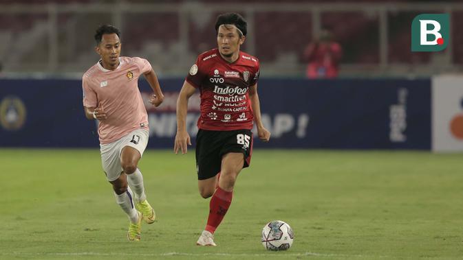 Pemain Bali United, Michael Orah (kanan) dibayangi pemain Persik Kediri, Antoni Putro Nugroho dalam laga pembukaan BRI Liga 1 2021/2022 di Stadion Utama Gelora Bung Karno, Jumat (27/8/2021). Bali United menang 1-0. (Foto: Bola.com/Ikhwan Yanuar)