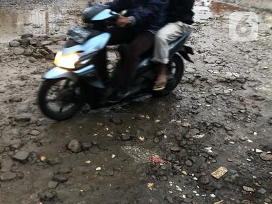 Kendaraan menghindari jalan yang rusak di Jalan Pertamina, Depok, Jawa Barat, Rabu (4/3/2020). Jalan yang telah rusak selama bertahun-tahun tersebut tidak juga diperbaiki sehingga mengganggu kenyamanan para pengguna jalan. (Liputan6.com/Immanuel Antonius)