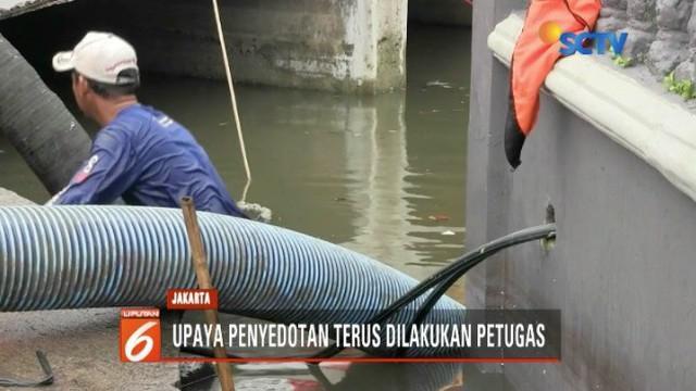 Banjir masih merendam ratusan rumah warga Muara Angke, Penjaringan, Jakut. Petugas terus melakukan upaya penyedotan untuk mengurangi debit air di permukiman warga.