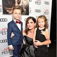 Sandra Bullock bersama kedua anaknya. (dok.Instagram @sandra.bullock.official/https://www.instagram.com/p/Br73Wh7lZwB/Henry