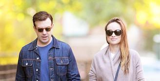 Belum genap seminggu melahirkan anak keduanya, Baby Daisy Josephine, Olivia Wilde sudah terlihat jalan di luar rumah bersama sang suami, Jason Sudeikis, untuk menghirup udara segar. (Instagram/oliviawilde)