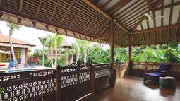 Teras atau beranda yang luas merupakan ciri khas rumah joglo.