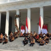 Jelang pengumuman menteri, Presiden Jokowi dan Wapres Ma'ruf Amin duduk di veranda depan Istana Kepresidenan. (Liputan6.com/Lizsa Egeham)