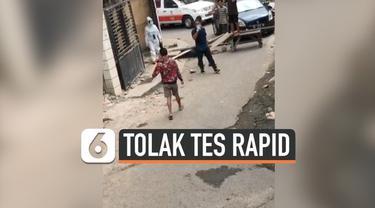 Sejumlah warga di Makassar, Sulawesi Selatan menolak kedatangan tim gugus tugas penanganan covid-19 saat akan melakukan tes rapid Covid-19.
