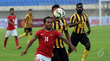 Pemain depan Timnas Indonesia U-23, Yohanes Ferinando Pahabol (14) mencoba menguasai bola saat berlaga melawan Malaysia U-23 di Stadion Si Jalak Harupat, Bandung, Kamis (21/5/2015). Indonesia unggul 1-0 atas Malaysia. (Liputan6.com/Helmi Fithriansyah)