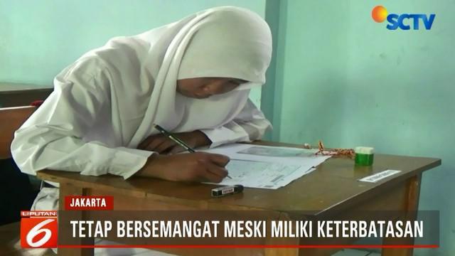 Meski memiliki keterbatasan fisik, Hanifah cukup bersemangat mengikuti ujian Bahasa Indonesia di hari pertama pelaksanaan USBN.