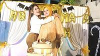 Via Vallen merayakan ulang tahun ibundanya, Rosida, di Sidoarjo, Jawa Timur (Instagram/@viavallen)