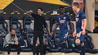 Manajer Arsenal, Mikel Arteta, memberikan instruksi kepada anak asuhnya dalam laga leg pertama semifinal Liga Europa, Jumat (30/4/2021) dini hari WIB. Arsenal kalah 1-2 dari Villarreal dalam laga tersebut. (JOSE JORDAN / AFP)
