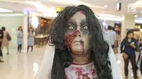 Cosplay kuntilanak berada di pusat perbelanjaan kawasan Sudirman, Jakarta, Selasa (31/10). Salah satu pusat perbelanjaan di kawasan Sudirman menghadirkan 3 cosplay, Zombie, Kuntilanak dan valak merayakan hari Halloween. (Liputan6.com/Herman Zakharia)