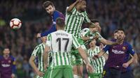 Gerard Pique saat melawan hadangan pemain Real Betis (JORGE GUERRERO / AFP)