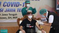 Guber Jateng Ganjar Pranowo menerima vaksin covid 19 ( foto : Liputan6.com/Septi Nur Eka Mafiroh/edhie prayitno ige)