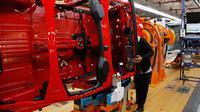 Seorang pekerja mengecek sasis mobil Jeep Wranglers 2019 di pabrik perakitan Jeep Chrysler di Toledo, Ohio, AS (16/11). (AP Photo/Carlos Osorio)