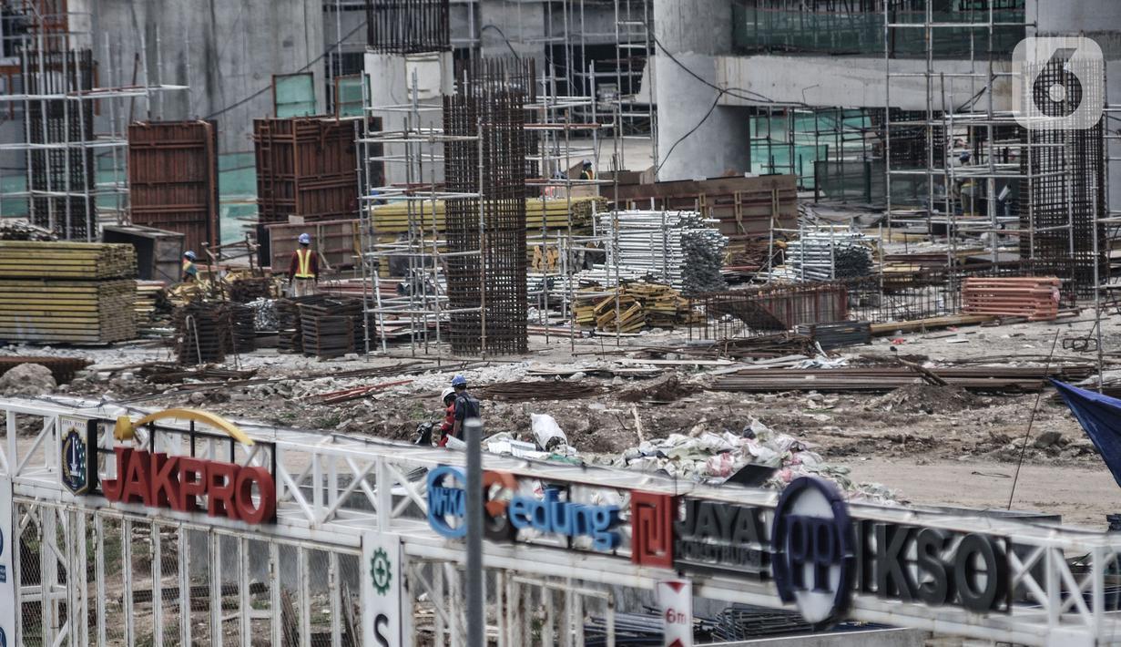 Aktivitas pekerja saat menyelesaikan proyek pembangunan Jakarta International Stadium (JIS) atau juga yang dikenal Stadion Bersih Manusiawi Wibawa (BMW), Kamis (9/7/2020). (merdeka.com/Iqbal S. Nugroho)