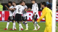 Para pemain Jerman merayakan gol yang dicetak Timo Werner ke gawang Makedonia Utara, Selasa (12/9/2021) dini hari WIB. (AP Photo/Boris Grdanoski)