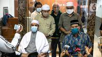 Sekretaris Umum FPI Munarman (kanan) memberikan keterangan terkait aksi penyerangan terhadap polisi oleh Laskar FPI di Petamburan III, Jakarta, Senin (7/12/2020). Munarman membantah adanya aksi penyerangan terhadap polisi oleh Laskar FPI. (Liputan6.com/Faizal Fanani)
