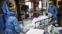 Petugas kesehatan memindahkan pasien COVID-19, di dalam ICU Rumah Sakit Samaritana di Bogota, Kolombia pada Kamis (3/6/2021). Kolombia menjadi hotspot pandemi yang mengalami gelombang ketiga infeksi COVID-19 dan lonjakan kematian. (AP Photo/Ivan Valencia)