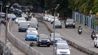 Kendaraan melintas di kawasan Sudirman, Jakarta, (15/5). Wacana Tersebut usai dihapusnya sistem three in one mulai 16 Mei 2016 dan menunggu berlakunya sistem Electronic Road Pricing (ERP) yang baru terlaksana pada 2017. (Liputan6.com/Helmi Afandi)