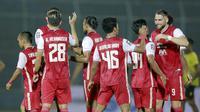 Para pemain Persija Jakarta merayakan kemenangan atas Barito Putera pada laga perempat final Piala Menpora 2021 di Stadion Kanjuruhan, Malang, Sabtu (10/4/2021). Persija Jakarta menang dengan skor 1-0. (Bola.com/Arief Bagus)