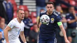 Andrew Robertson. Bek kiri Skotlandia berusia 27 tahun ini telah 4 musim berseragam Liverpool. Mempunyai jiwa kepemimpinan yang diadaptasinya dari Timnas Skotlandia, dimana sejak 2018 lalu ia telah ditunjuk menjadi kapten Timnas Skotlandia, termasuk Euro 2020 lalu. (Foto: AFP/Pool/Lee Smith)