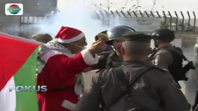 Sejumlah pria berpakaian Santa Claus lakukan aksi memprotes kebijakan sepihak Trump yang menyatakan Yerusalem sebagai Ibu Kota Israel.