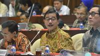 Menteri Agraria dan Tata Ruang/Kepala BPN Ferry Mursyidan Baldan (tengah) mengikuti rapat kerja dengan Komisi II DPR di Kompleks Parlemen Senayan, Jakarta, Kamis (5/2/2015). (Liputan6.com/Andrian M Tunay)