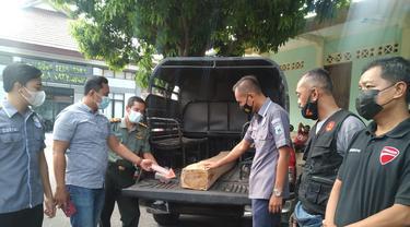 Barang bukti kayu jati hasil curian kakek di Tuban. (Ahmad Adirin/Liputan6.com)