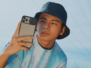 Pria asal Surabaya ini memang dikenal punya gaya busana yang kekinian. Di berbagai kesempatan, Brandon De Angelo kerap tampil dengan gaya kasual dan mengenakan topi. Penampilannya pun terlihat makin keren.(Liputan6.com/IG/@brandon_lilhero)